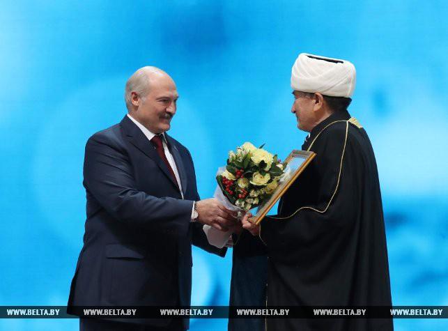 Александр Лукашенко и муфтий Мусульманского религиозного объединения в Республике Беларусь Абу-Бекир Шабанович