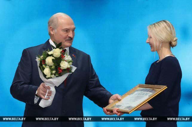Специальной премии Президент удостоен авторский коллектив Белорусской государственной академии искусств. Александр Лукашенко вручает награду Полине Амельянович