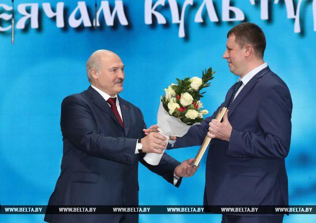 Специальной премии Президент удостоен авторский коллектив Белорусской государственной академии искусств. Александр Лукашенко вручает награду Глебу Отчику