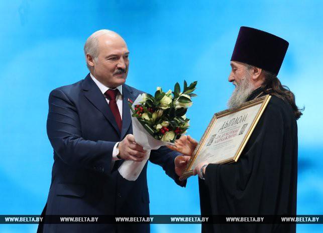 Александр Лукашенко и протоиерей Виктор Перегудов