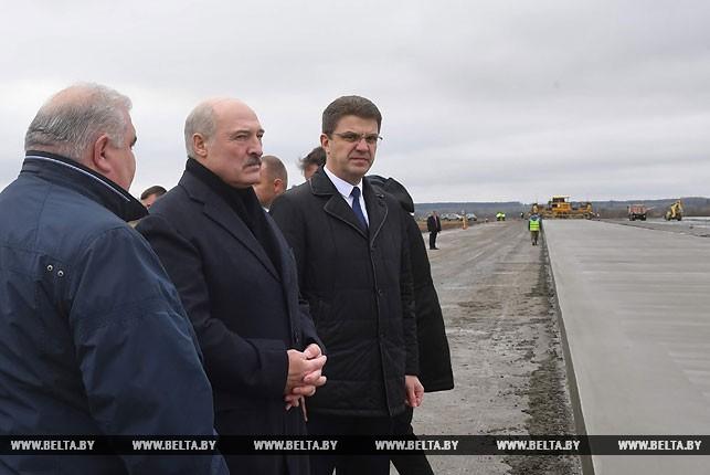 Александр Лукашенко ознакомился с восстановлением аэропорта в Болбасово.