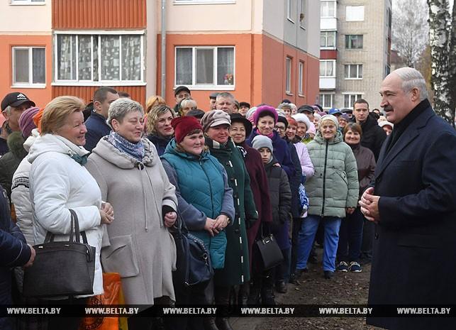 Александр Лукашенко во время общения с местными жителями