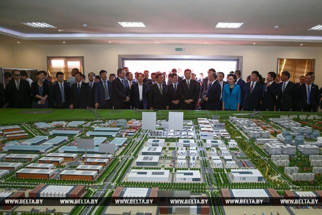 Лукашенко пригласил китайские военные учреждения в«Великий камень»