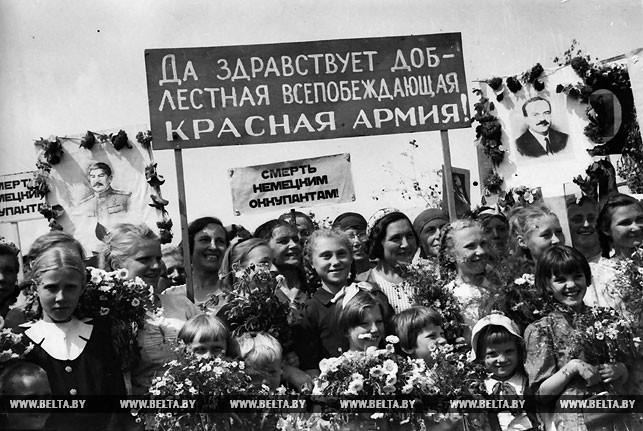Народ с радостью встречает Красную Армию. Фото Владимира Лупейко