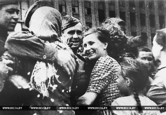 1944 год. Партизаны Минского соединения проходят по освобожденной столице. Фото Владимира Лупейко