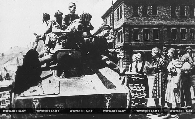 Июль 1944 года. Жители Минска встречают воинов Советской Армии, освободивших город от немецких захватчиков. Фото БЕЛТА