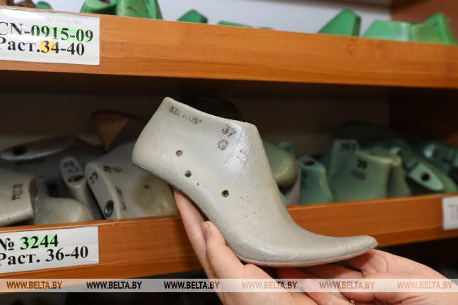 200fe33ff Больше востребованы 42-44 размеры женской обуви. Также специалисты  выполняли заказ для молодой девушки на пару 47-го размера.