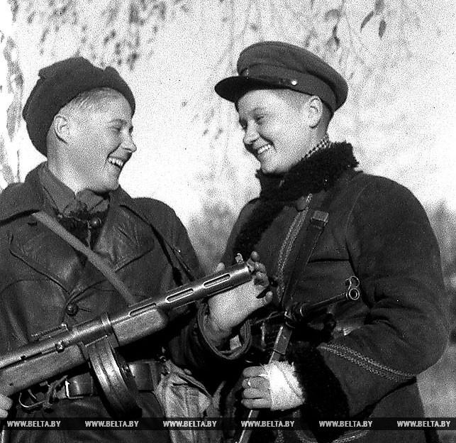 Партизанки отряда имени Чернака Брестского партизанского соединения комсомолки Мария Зеленина и Феня Тронкина после разгрома немецкого гарнизона. 1943 год