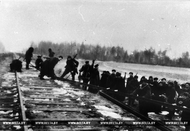 В тылу врага. Партизаны бригады № 37 имени А.Я.Пархоменко разрушают железнодорожное полотно. 1943 год