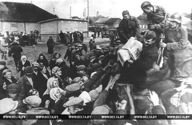 Красноармейцы раздают газеты из Москвы в одном из населенных пунктов Гродненской области. 1939 год