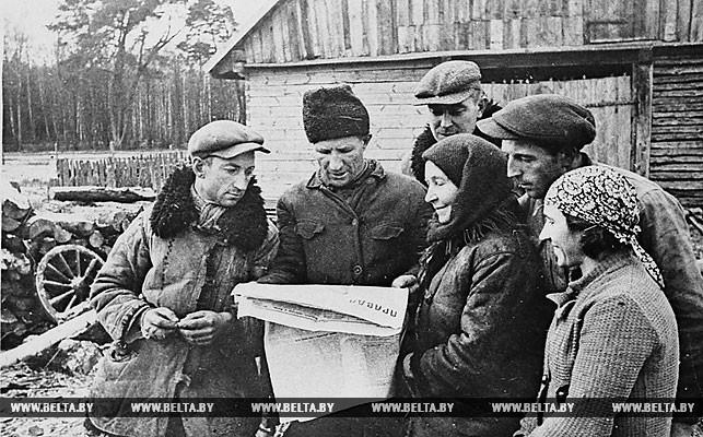 """Группа бывших батраков польской помещицы Бийской, получивших землю, читают газету """"Правда"""". 1 октября 1939 года"""