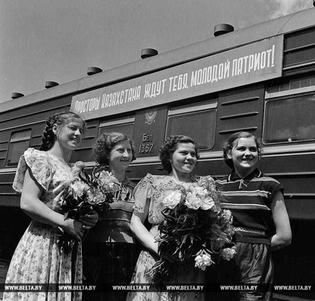 Группа посланцев комсомола из Гродно отправляется в Казахстан на стройки 6-й пятилетки. На перроне Минского вокзала. 1956 год