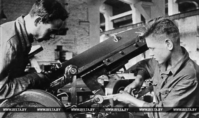 Стахановец Л.И. Бельник и молодой рабочий С.И. Змачинский за работой. 1936 год