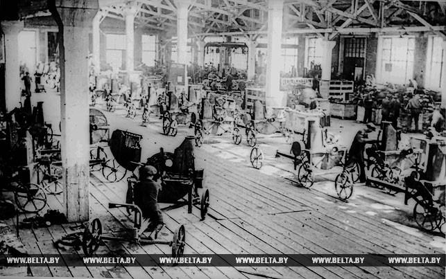 Ударная стройка пятилетки - Гомельский завод сельскохозяйственного машиностроения. Идет сборка силосорезок. 1930 год
