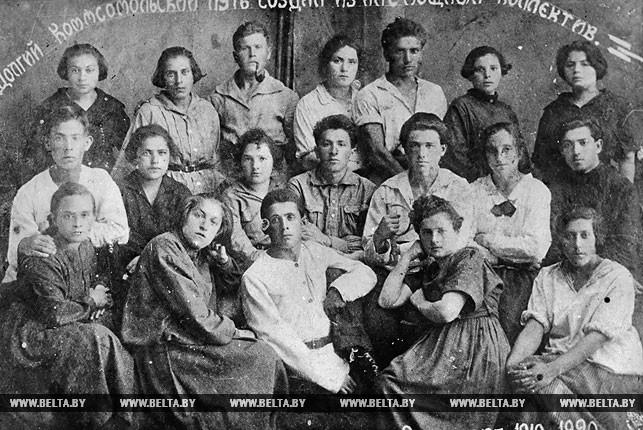 """Группа старых комсомольцев Рогачевской организации 1919-1920 годов. На фотографии надпись : """"Долгий комсомольский путь создал из нас мощный коллектив"""". 1920 год"""