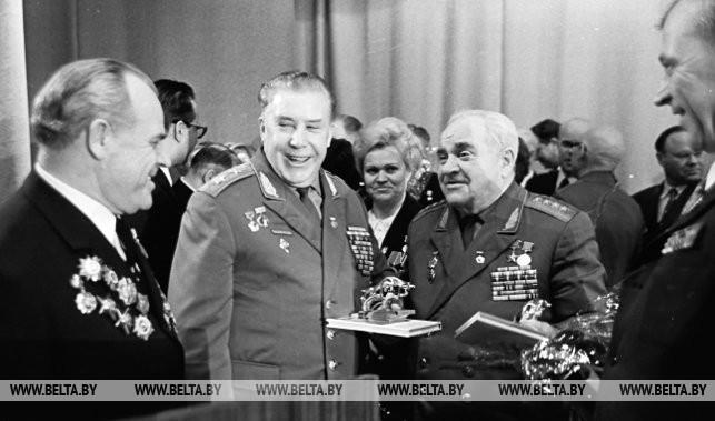 Маршал артиллерии К.П. Казаков (в центре) Герой Советского Союза генерал-полковник артиллерии Н.М. Хлебников беседуют с автозаводцами, 1973 г.