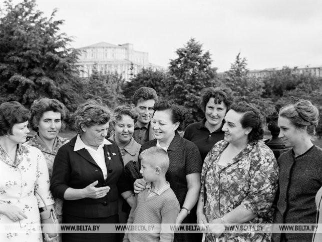 Прославленные летчицы Герои Советского Союза В.С. Гризодубова (вторая справа на переднем плане), В.Ф. Ломако и Н.Н. Федутенко среди минчан, 1964 г.