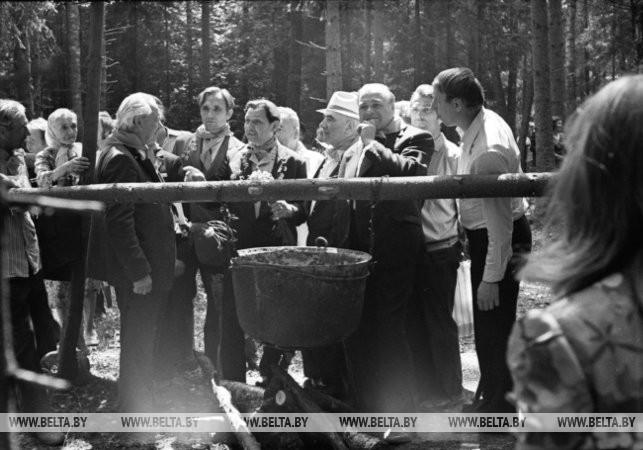 Торжественное открытие восстановленного лагеря партизан в Александровском лесу Узденского района, 1977 г.