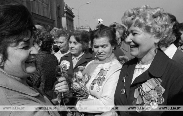 Встретились ветераны. Зинаида Васильевна Корж (слева на первом плане), 1977 г.