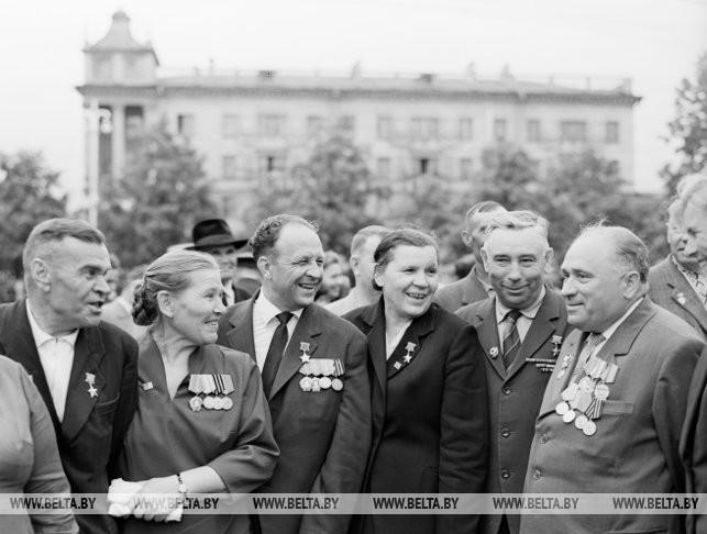 Группа известных белорусских партизан (слева направо) П.Т. Лопатин, А.Н. Захарова, Г.А. Токуев, М.Б. Осипова, И.К. Захаров, А.И. Шуба. 1964 г.