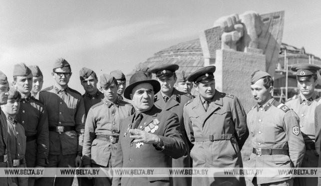 Участник войны Н.В. Хальпуков рассказывает воинам-экскурсантам о боях, 1973 г.