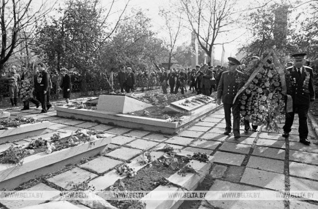 Возложение венков и цветов к братским могилам павших воинов, 1983 г.
