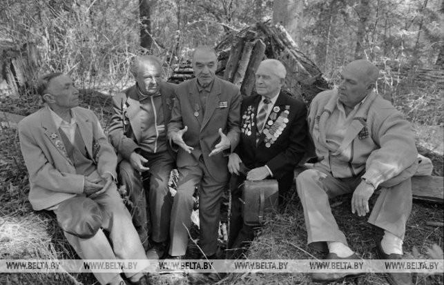 В лесу близ д. Якуты встретились накануне 50-летия Победы бывшие партизаны бригады имени Фрунзе, 1995 г.