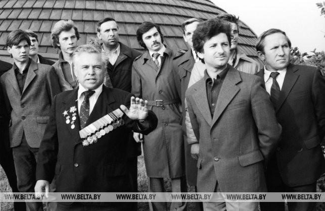 Участник боев под Ленино М.И. Семин с молодежью, 1983 г.