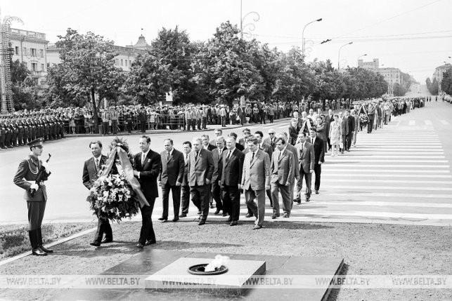 28-ая годовщина освобождения Беларуси от немецко-фашистских захватчиков. Возложение венков к памятнику-обелиску, 1972 г.