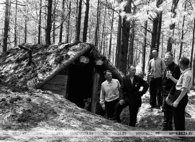 Бывший партизан В.И. Ковальчук восстановил землянку, в которой он жил с боевыми товарищами, 1966 г.