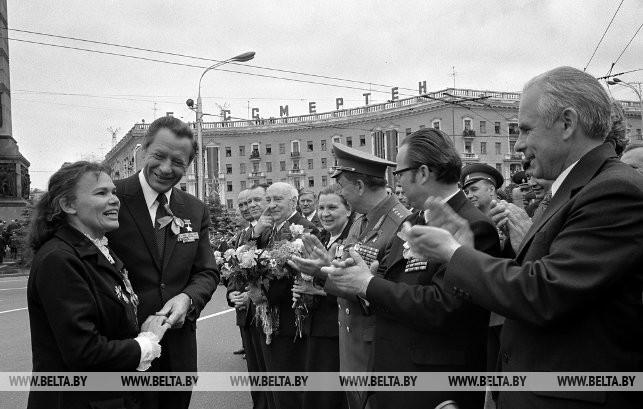 Первый секретарь ЦК КПБ Пётр Миронович Машеров 9 мая на площади Победы с бывшей разведчицей Александрой Федулиной, 1974 г.