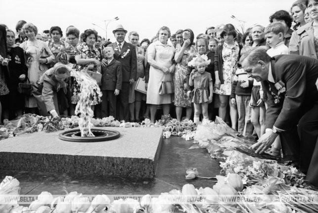 У вечного огня на площади Победы, 1977 г.