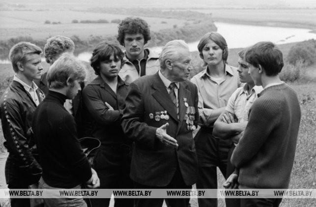 Участник обороны Могилева В.А. Смирнов делится своими воспоминаниями с молодежью, 1984 г.