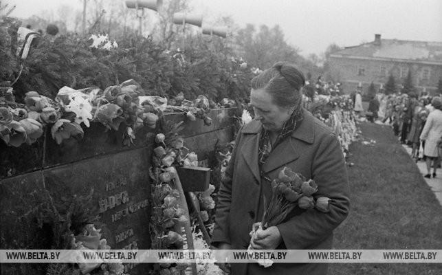 Жена погибшего в крепости лейтенанта А. Наганова А. Наганова-Морозюк принесла цветы к плитам мемориала, 1978 г.