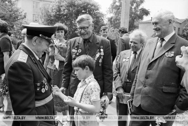 Бывший командир 1179-го Гомельского истребительного противотанкового полка полковник в отставке Г.Ю. Юсупов (слева) со своими побратимами во время посещения г. Ветки, 1984 г.