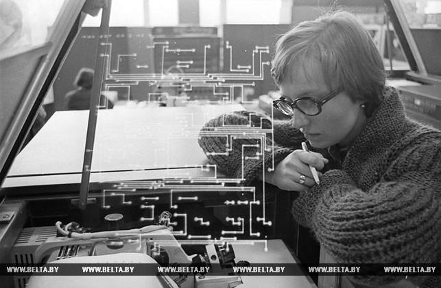 Математик Людмила Рослякова за расчетами на ЭВМ. 1978 год