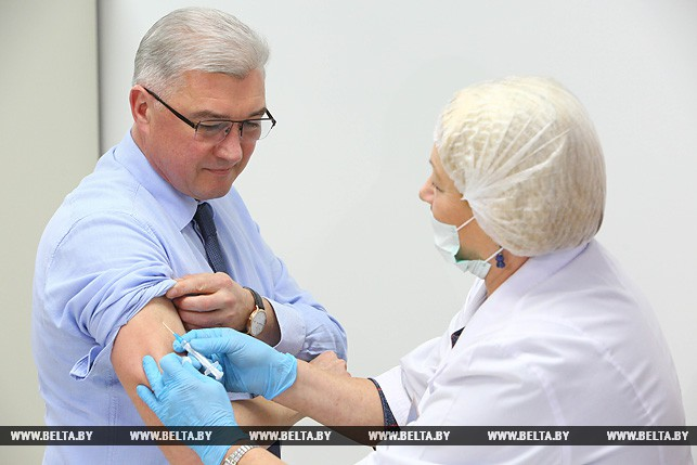 Валерий Малашко во время прививки