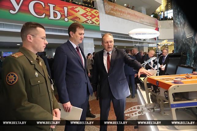 Максим Рыженков (в центре)