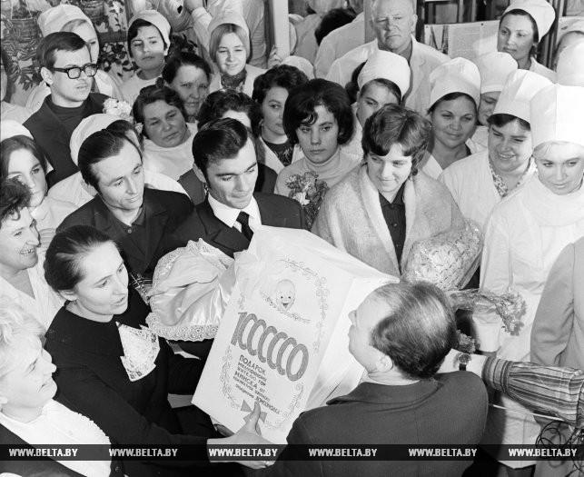Вручение подарков миллионному минчанину. 4 февраля 1972 года