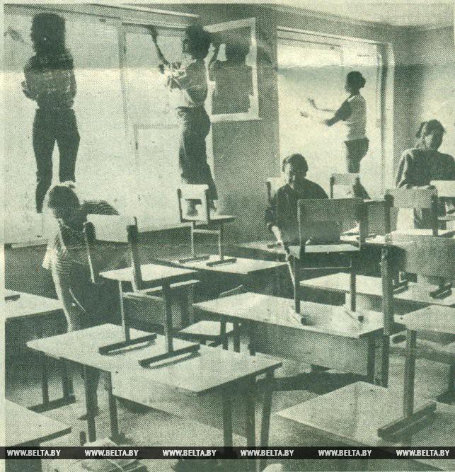 Чтобы классы в новой школе сверкали чистотой, трудятся учителя