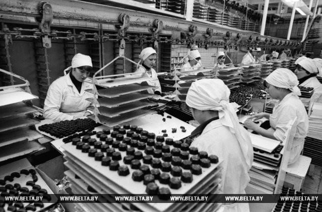 """Минская фабрика """"Коммунарка"""". На конвейере - шоколадные конфеты. 1983 год"""