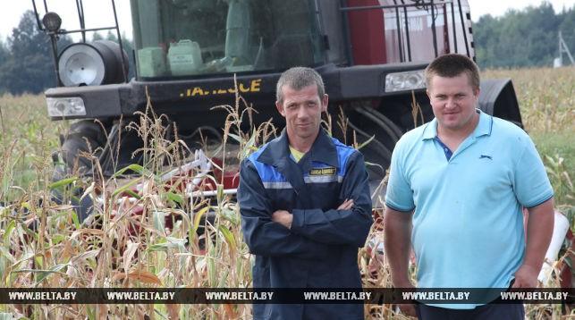 Механизаторы Евгений Пискун и водитель Николай Савицкий (слева направо)
