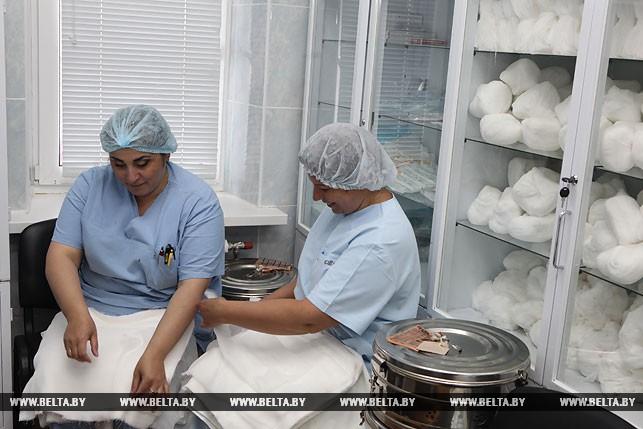 Медицинские операционные сестры Гита Берая и Татьяна Северина во время подготовки к операции.