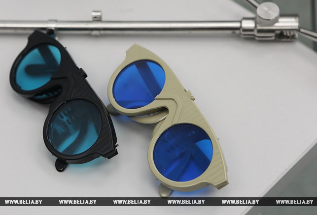 Специальные очки, которые применяются при работе нового аппарата врачом и пациентом.