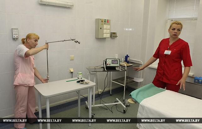 Медицинская сестра Елена Орещенко и врач-онколог-хирург отделения общей онкологии и реабилитации Ирина Концевенко готовят новый аппарат к работе.