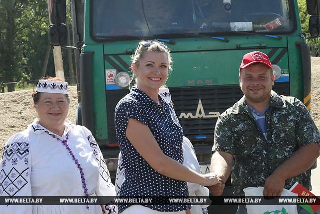Молодого водителя Евгения Зенько поздравляет первый секретарь Речицкого райкома БРСМ Ольга Новицкая.