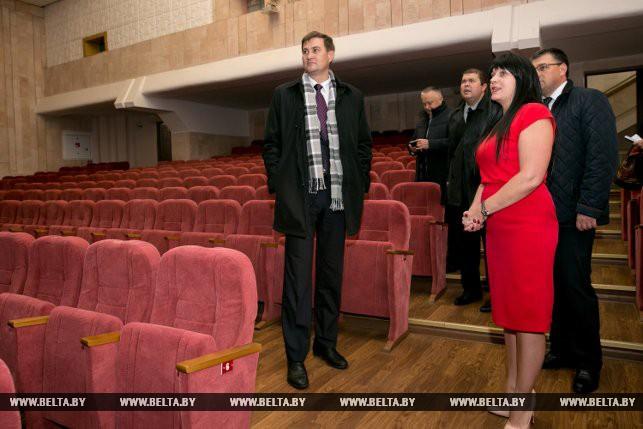 Максим Рыженков во время посещения Дома культуры аг. Беловежский
