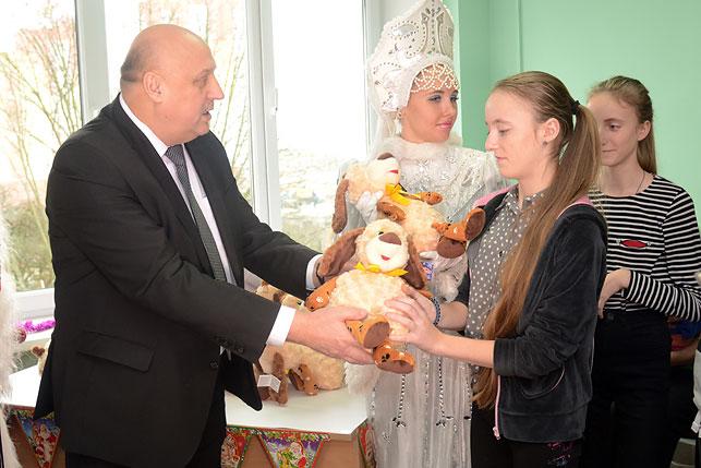 Новогодние подарки от Президента переданы в четыре детских учреждения Брестской области
