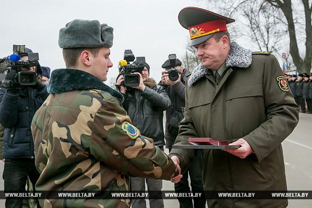 Андрей Равков вручает награду Дмитрию Страчуку