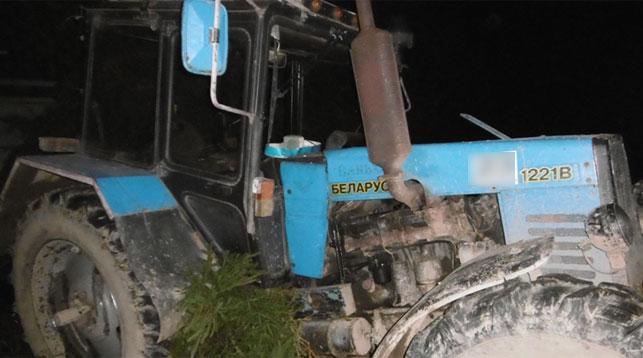 Шок: вовремя трагедии изкабины трактора выпал пассажир, его раздавил прицеп